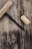 Παλαιός φελλός ανοιχτήρι και κρασιού στην ξύλινη μακρο κινηματογράφηση σε πρώτο πλάνο επιφάνειας Στοκ εικόνα με δικαίωμα ελεύθερης χρήσης