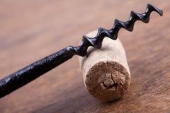 Παλαιός φελλός ανοιχτήρι και κρασιού στο ξύλινο υπόβαθρο επιφάνειας Στοκ Φωτογραφίες