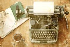 Παλαιός φωτογραφιών ξύλινος πίνακας χεριών γραφομηχανών αναδρομικός στοκ φωτογραφία με δικαίωμα ελεύθερης χρήσης