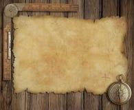 Παλαιός χάρτης θησαυρών στο ξύλινο γραφείο με την πυξίδα και Στοκ Φωτογραφίες