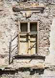 Παλαιός χαλασμένος τουβλότοιχος με το παράθυρο Στοκ Φωτογραφίες
