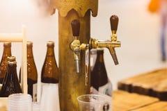 Παλαιός χρυσός διανομέας μπύρας στο μπαρ Στοκ Εικόνες