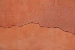 Παλαιός χρωματισμένος τερακότα τοίχος στόκων με το ραγισμένο ασβεστοκονίαμα Backgro Στοκ Εικόνα