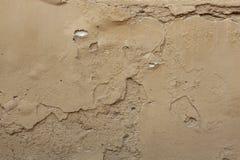 Παλαιός χρωματισμένος ochre τοίχος στόκων με το ραγισμένο ασβεστοκονίαμα Υπόβαθρο Στοκ Εικόνες