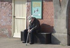 Παλαιός ύπνος ατόμων στον πάγκο brillo Αγγλία στοκ φωτογραφίες