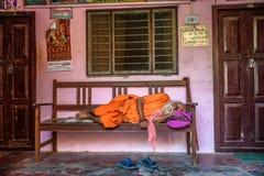 Παλαιός ύπνος μπαμπάδων sadhu σε έναν πάγκο στο Νεπάλ στοκ εικόνες