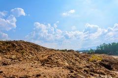 Παλαιός δύσκολος μπλε ουρανός βουνών Στοκ φωτογραφίες με δικαίωμα ελεύθερης χρήσης