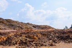 Παλαιός δύσκολος μπλε ουρανός βουνών Στοκ Εικόνες