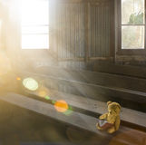 Παλαιός teddy αντέχει στην εγκαταλειμμένη εκκλησία Στοκ εικόνα με δικαίωμα ελεύθερης χρήσης