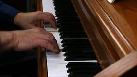 Παλαιότερα αρσενικά χέρια που παίζουν αργά στο πιάνο απόθεμα βίντεο
