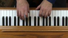 Παλαιότερα ενήλικα αρσενικά χέρια που παίζουν το πιάνο άνωθεν απόθεμα βίντεο