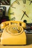 Παλαιότερα τηλέφωνα και υπόβαθρο ρολογιών Στοκ φωτογραφία με δικαίωμα ελεύθερης χρήσης