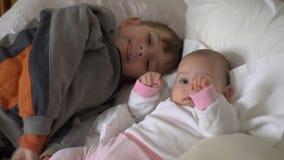 Παλαιότερος αδελφός που φιλά τη μικρή αδελφή μωρών του απόθεμα βίντεο