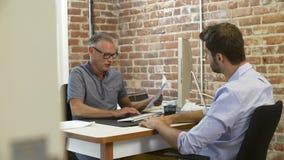 Παλαιότερος επιχειρηματίας που παίρνει συνέντευξη από τον υποψήφιο εργασίας αρσενικών στην αρχή απόθεμα βίντεο
