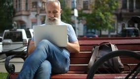 Παλαιότερος η απόλαυση ατόμων εργαζόμενος έξω απόθεμα βίντεο