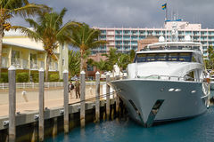 Παλαιότερο ζεύγος που απολαμβάνει τις διακοπές στο νησί Ρ παραδείσου Atlantis Στοκ Εικόνες