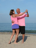 Παλαιότερο ζεύγος που χορεύει σε μια παραλία στοκ φωτογραφίες