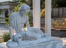 Παλαιό άγαλμα ενός ατόμου με το αμφορέα Στοκ φωτογραφία με δικαίωμα ελεύθερης χρήσης