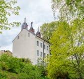 Παλαιό άσπρο κτήριο τριών πατωμάτων σε μια πράσινη περιοχή στην κεντρική Στοκχόλμη Στοκ Εικόνες