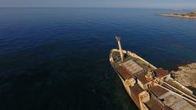 Παλαιό άσπρο σκάφος στο υπόβαθρο Μεσογείων φιλμ μικρού μήκους