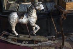 Παλαιό άλογο λικνίσματος για τα παιδιά Στοκ Εικόνες