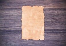 Παλαιό έγγραφο για το σκοτεινό ξύλινο επιτραπέζιο υπόβαθρο στοκ φωτογραφία με δικαίωμα ελεύθερης χρήσης