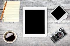 Παλαιό έξυπνο τηλέφωνο ταμπλετών καμερών στο αναδρομικό εκλεκτής ποιότητας υπόβαθρο Στοκ εικόνες με δικαίωμα ελεύθερης χρήσης