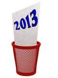 Παλαιό έτος 2013 στο δοχείο απορριμμάτων - έννοια που απομονώνεται πέρα από το λευκό Στοκ Εικόνες