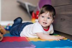1 παλαιό έτος Το ευτυχές αγοράκι βρίσκεται στο πάτωμα στο δωμάτιο και το παιχνίδι παιδιών ` s Στοκ Εικόνες