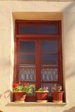 Παλαιό αγροτικό παράθυρο με τα δοχεία λουλουδιών, Κρήτη, Ελλάδα Στοκ Εικόνες