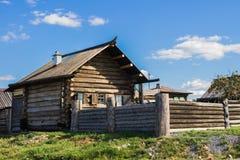 Παλαιό αγροτικό σπίτι στη Ρωσία Στοκ Εικόνες