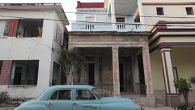 Παλαιό αμερικανικό αυτοκίνητο στην Αβάνα, Κούβα απόθεμα βίντεο