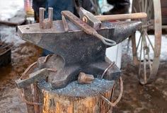 Παλαιό αμόνι με τα εργαλεία σιδηρουργών Στοκ εικόνα με δικαίωμα ελεύθερης χρήσης