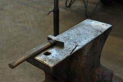 Παλαιό αμόνι με το σφυρί Στοκ εικόνες με δικαίωμα ελεύθερης χρήσης
