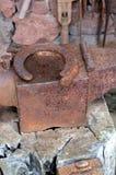 Παλαιό αμόνι σιδηρουργών ` s με το πέταλο Στοκ Εικόνες
