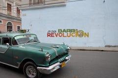Παλαιό αναδρομικό αμερικανικό αυτοκίνητο στην οδό στην Αβάνα Κούβα Στοκ Φωτογραφία