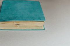 Παλαιό αναδρομικό βιβλίο με τις κίτρινες σελίδες στο γκρίζο υπόβαθρο Στοκ Φωτογραφία