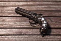 Παλαιό, αναδρομικό πυροβόλο όπλο στο ξύλινο υπόβαθρο Στοκ εικόνα με δικαίωμα ελεύθερης χρήσης
