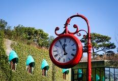 Παλαιό αναδρομικό ρολόι οδών στο πάρκο Στοκ Εικόνες