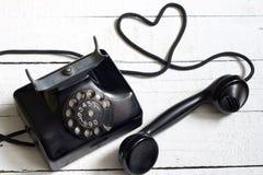 Παλαιό αναδρομικό τηλέφωνο με την περίληψη μορφής καρδιών Στοκ φωτογραφία με δικαίωμα ελεύθερης χρήσης