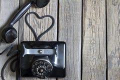 Παλαιό αναδρομικό τηλέφωνο με την περίληψη μορφής καρδιών Στοκ Φωτογραφίες
