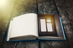 Παλαιό ανοικτό βιβλίο σε έναν ξύλινο πίνακα Εκλεκτής ποιότητας σύνθεση αρχαία βιβλιοθήκη Παλαιά λογοτεχνία Μυθική ατμόσφαιρα στοκ φωτογραφία