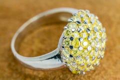 Παλαιό ασημένιο δαχτυλίδι με τον κίτρινο πολύτιμο λίθο Στοκ εικόνες με δικαίωμα ελεύθερης χρήσης