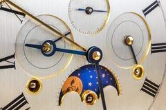Παλαιό ασημένιο πρόσωπο ρολογιών με την περιστροφή φεγγαριών στοκ εικόνα με δικαίωμα ελεύθερης χρήσης