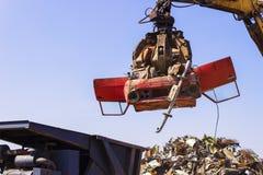 Παλαιό αυτοκίνητο ανελκυστήρων γερανών για την ανακύκλωση στοκ εικόνα