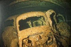 Παλαιό αυτοκίνητο μέσα σε ΙΙ λαβή συντριμμιών σκαφών παγκόσμιου πολέμου Στοκ φωτογραφίες με δικαίωμα ελεύθερης χρήσης