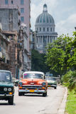 Παλαιό αυτοκίνητο μαζί με το Capitol στην Αβάνα Στοκ φωτογραφίες με δικαίωμα ελεύθερης χρήσης