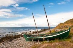 Παλαιό αλιευτικό σκάφος, βάρκα των Βίκινγκ στην ωκεάνια ακτή, Ισλανδία Στοκ εικόνες με δικαίωμα ελεύθερης χρήσης
