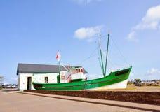 Παλαιό αλιευτικό σκάφος προσαραγμένο στοκ φωτογραφία