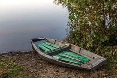 Παλαιό αλιευτικό σκάφος στην ακτή Στοκ Εικόνες